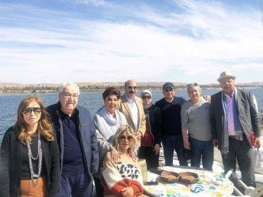 محافظ أسوان يكرم رانيا يوسف وشيرى عادل ورجاء الجداوى على مركب في النيل