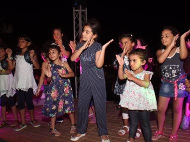 الأطفال يرقصو على الطريقة الهندية