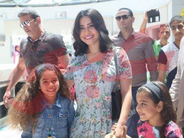 شيرين عبد الوهاب وبناتها في زيارة مستشفى 57357