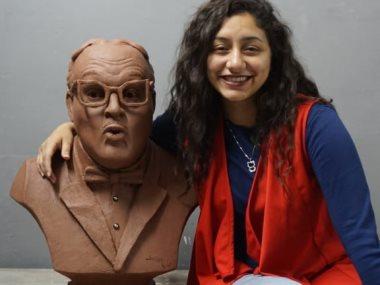 ماريا مع تمثال عبد المنعم مدبولى