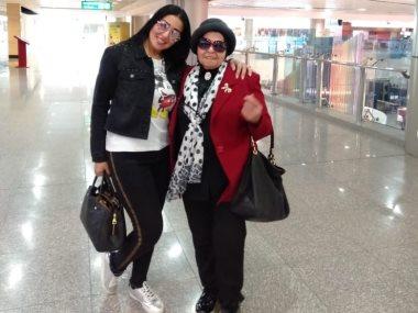 سمية الخشاب ووالدتها بمطار القاهرة استعدادا للسفر للسعودية