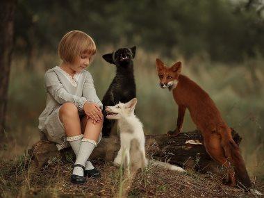 طفلة مع حيوانات
