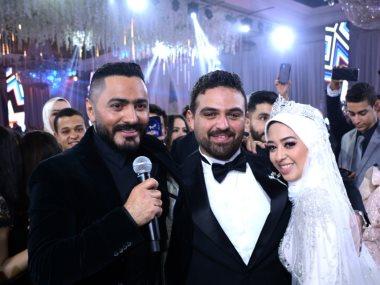تامر حسنى مع العروسين