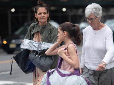 كاتي هولمز ووالدتها و ابنتها