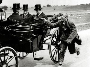 فقير يطلب المساعدة المالية من الملك جورج الخامس