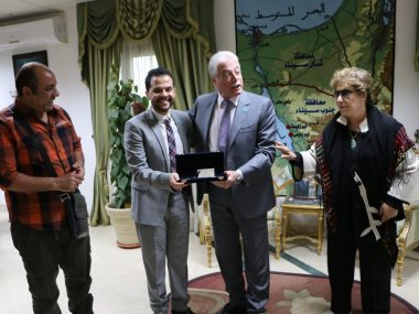 محافظ جنوب سيناء خلال تكريمه رئيس مهرجان شرم الشيخ الدولى للمسرح الشبابى