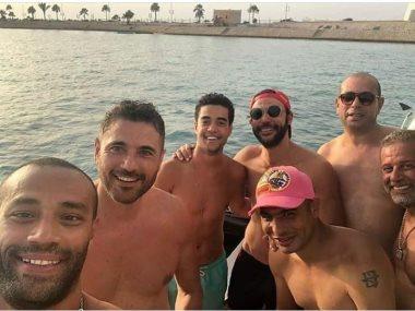 أحمد عز مع محمد إمام وشريف منير وخالد أنور والشيف علاء الشربينى فى الساحل الشمالى