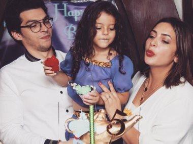 دنيا المصرى مع زوجها وابنتها