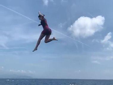 كيلى جينر تقفز من أعلى اليخت
