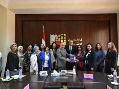 أشرف زكى مع وفد المجلس القومى للمرأة