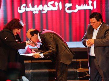 مجدى صبحى يقبل يد وزيرة الثقافة
