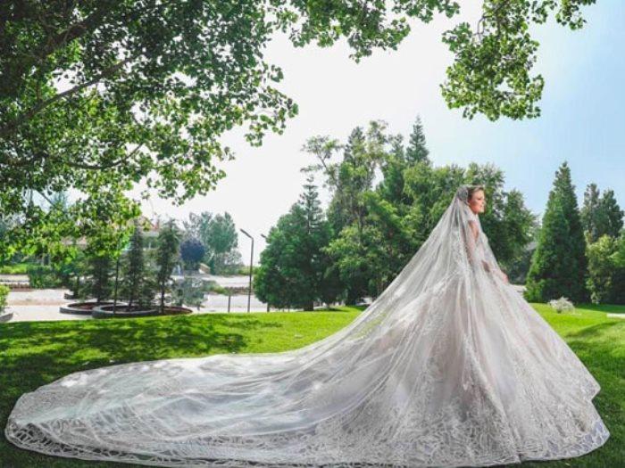زوجة نجل إيلى صعب بفستان زفاف من تصميمه