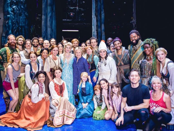 هيلارى كلينتون مع أبطال مسرحية Frozen