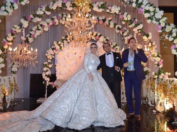 حكيم والعروسان