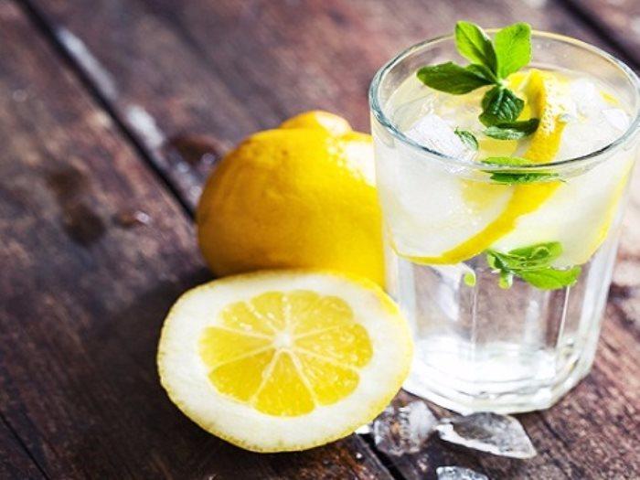 الماء البارد بالليمون يساعد فى إنقاص الوزن وإزالة سموم الجسم عين