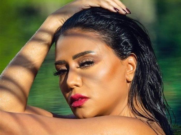 بـ«المايوه» رانيا يوسف تتحدى برد الشتاء وتثير الجدل - عين