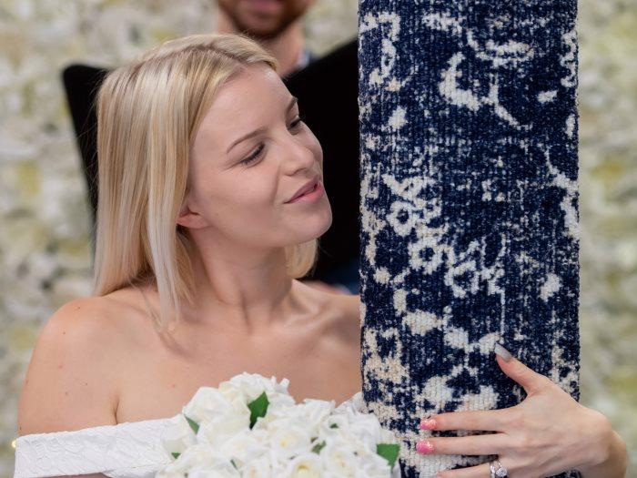 """فتاة إنجليزية تتزوج """"سجادة"""""""