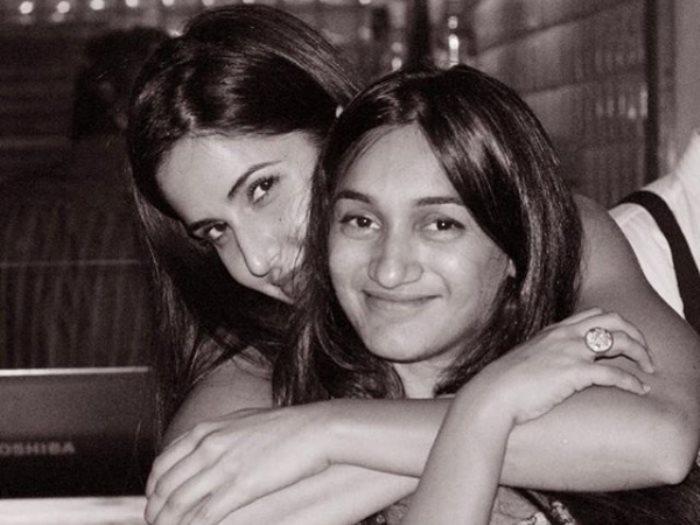 الفنانة الهندية كاترينا كيف مع صديقتها كاريشما كولى