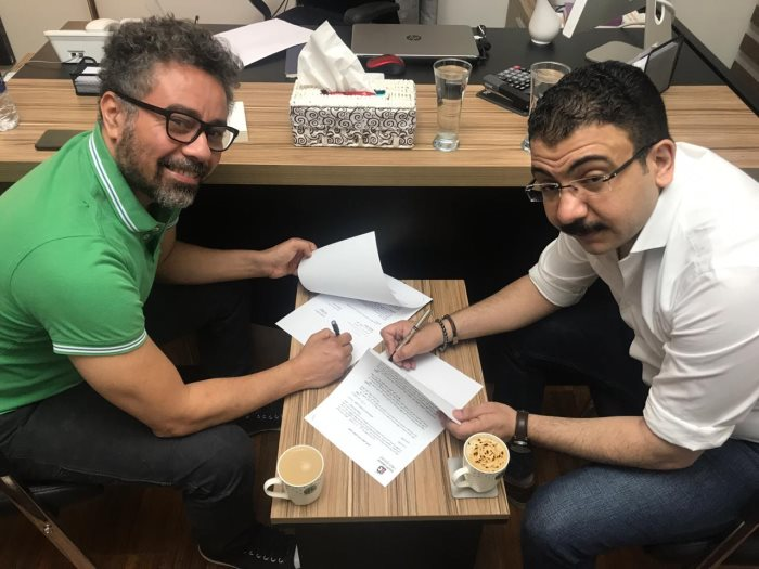 المخرج عطية أمين خلال التوقيع