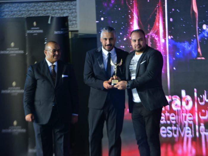 عمرو صحصاح رئيس قسم الفن باليوم السابع يتسلم درع التكريم من أحمد عليوة رئيس المهرجان