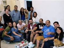 خالد الصاوى مع أصدقائه ومجموعة من الفنانين
