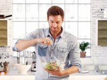 6 أسباب وراء رغبة المرأة فى رجل يحب الطهى