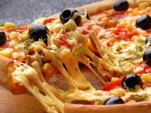 أطعمة تشكل خطرا على الأطفال.. البيتزا مع الصودا والخبر الأبيض