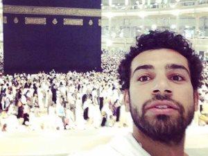 هو أبو صلاح بيحج في السعودية ولا بيلعب في انجلترا؟