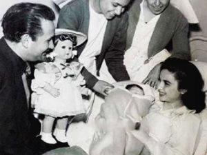 شاهد اللحظات الأولى بعد ولادة فاتن حمامة لابنتها «نادية»