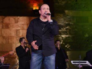 هشام عباس يشعل الليلة الرابعة عشرة فى مهرجان القلعة بأغانى التسعينات