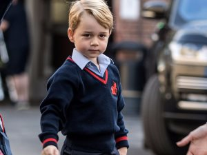 صور.. الأمير جورج يخطف الأضواء فى حفل زفاف صديقة والدته
