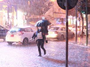 قصة حب تحت المطر.. مصور لبنانى يلتقط صورة رومانسية بشارع الحمرا