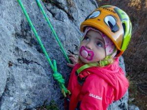 الأم مدرسة.. متسلقة جبال تعلم أطفالها التسلق وتوثق مغامراتهم