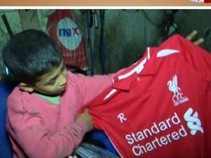 فيديو.. محمد صلاح يرسم البسمة على الطفل صاحب التيشيرت البلاستيك على قناة الحياة