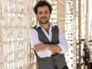مخرج مسرحية «يا كبير»: الممثل حسين مرعى فاجأنى بخلع ملابسه كاملة