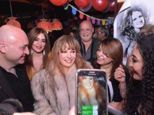صور.. نجوم الفن والإعلام يحتفلون بعيد ميلاد الفنانة الكبيرة نيللى