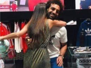والدة محمد صلاح عن صورته مع الفتاة: لو شوفت أبوك كدا هخلعه