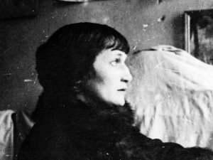 آنا أخماتوفا «الشاعرة الراهبة».. طردها ستالين فمدحته من أجل ابنها