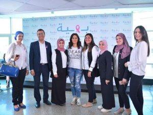 صور.. رشا مهدى تدعم مريضات سرطان الثدى فى «بهية»