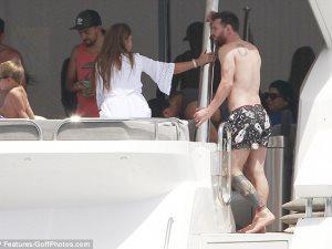 ليونيل ميسى يستمتع بإجازته مع زوجته على اليخت