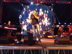 فارس كرم يشعل حفل مهرجان طابا على أنغام «الدبكة» اللبنانية