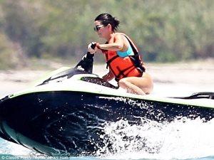 تعرف على سعر «مايوه» كيندال جينر من تصميمات Kendall + Kylie