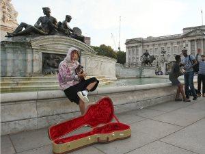 قيديو وصور.. جاستين بيبر يغنى لزوجته فى شوارع لندن