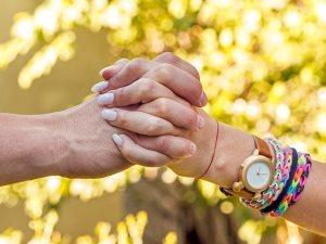 يجعل أيادى المحبين عمار.. شكل تشابك الأيدى يكشف مدى الحب