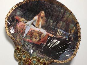 فنانه تحول الصدف إلى مجوهرات تشبه كنوز القدماء المفقودة منذ مئات السنين