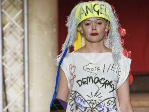 روز ماكجوان تلفت الأنظار بملابس تحمل شعارات سياسية فى عرض Vivienne Westwood