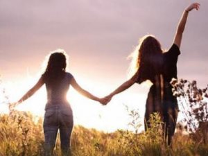 «سلام على الدنيا إن لم يكن بها صديق».. أضرار عدم وجود أصدقاء على صحتك