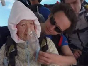 ادينى عمر وارمينى من فوق.. عجوز تقفز بالمظلة على ارتفاع 4 آلاف متر
