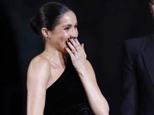 ظهور رومانسى لميجان ماركل بفستان مكشوف ومانيكير أسود فى حفل جوائز الموضة