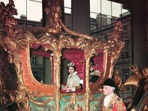 تتويج الملكة إليزابيث وأول كائن حى فى مكوك فضائى.. 13 صورة نادرة